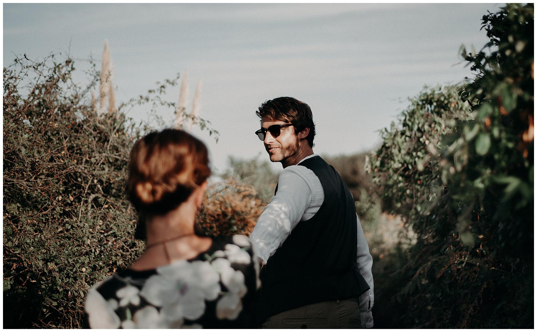 photographe mariage bordeaux, couple en balade