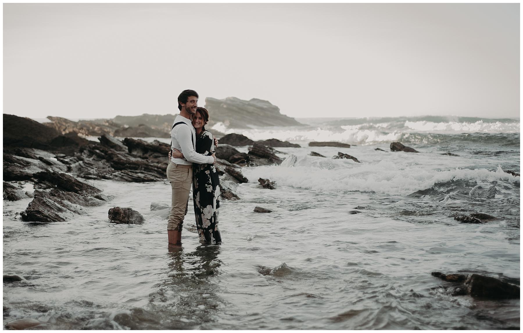 couple dans la mer, photographe mariage bordeaux