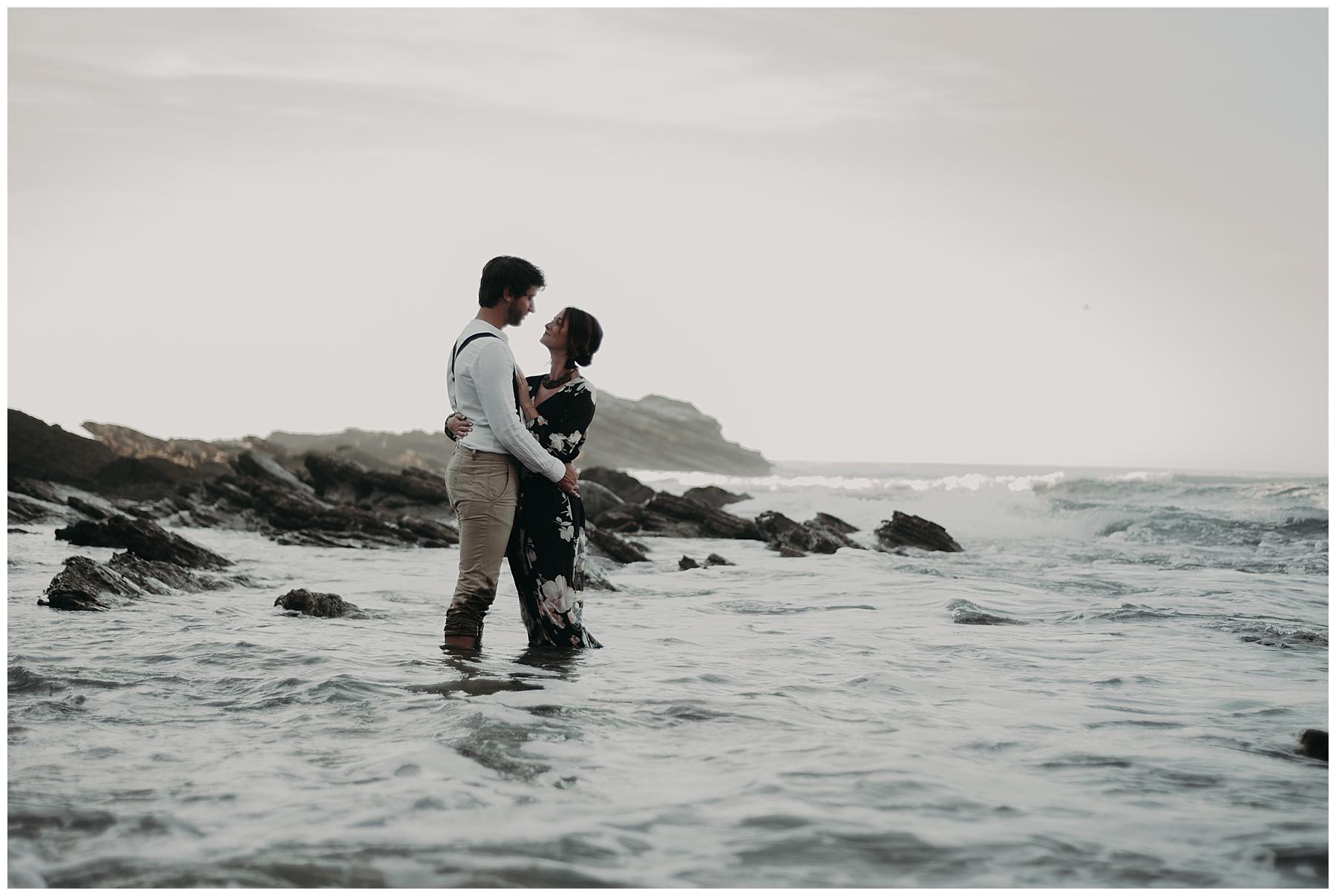 photographe mariage bordeaux, couple dans la mer