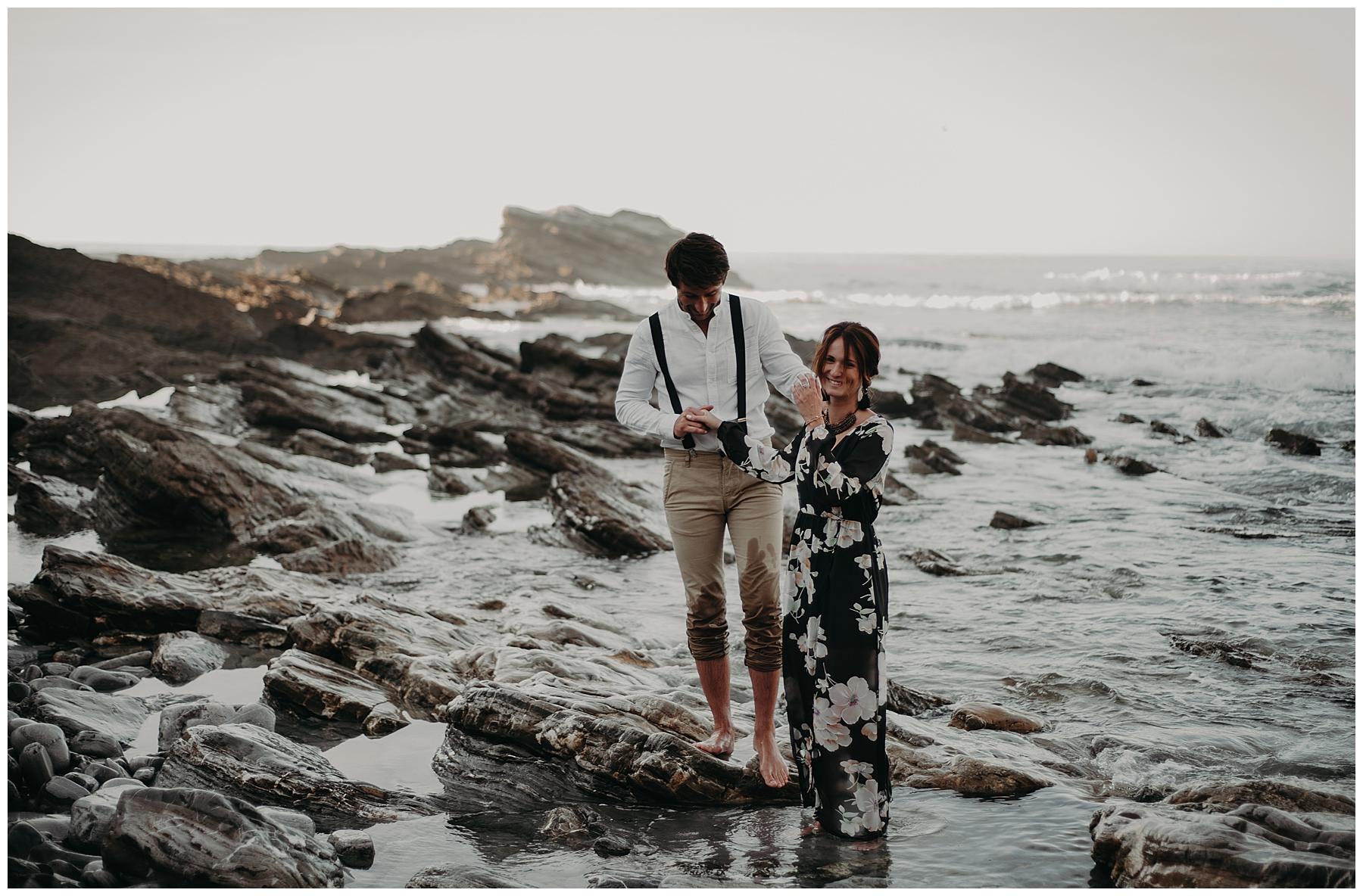 couple qui rigole, dans la mer de saint jean de luz