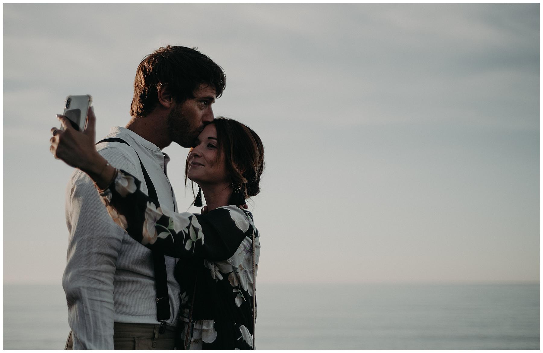 couple qui se prend en photo, photographe mariage bordeaux