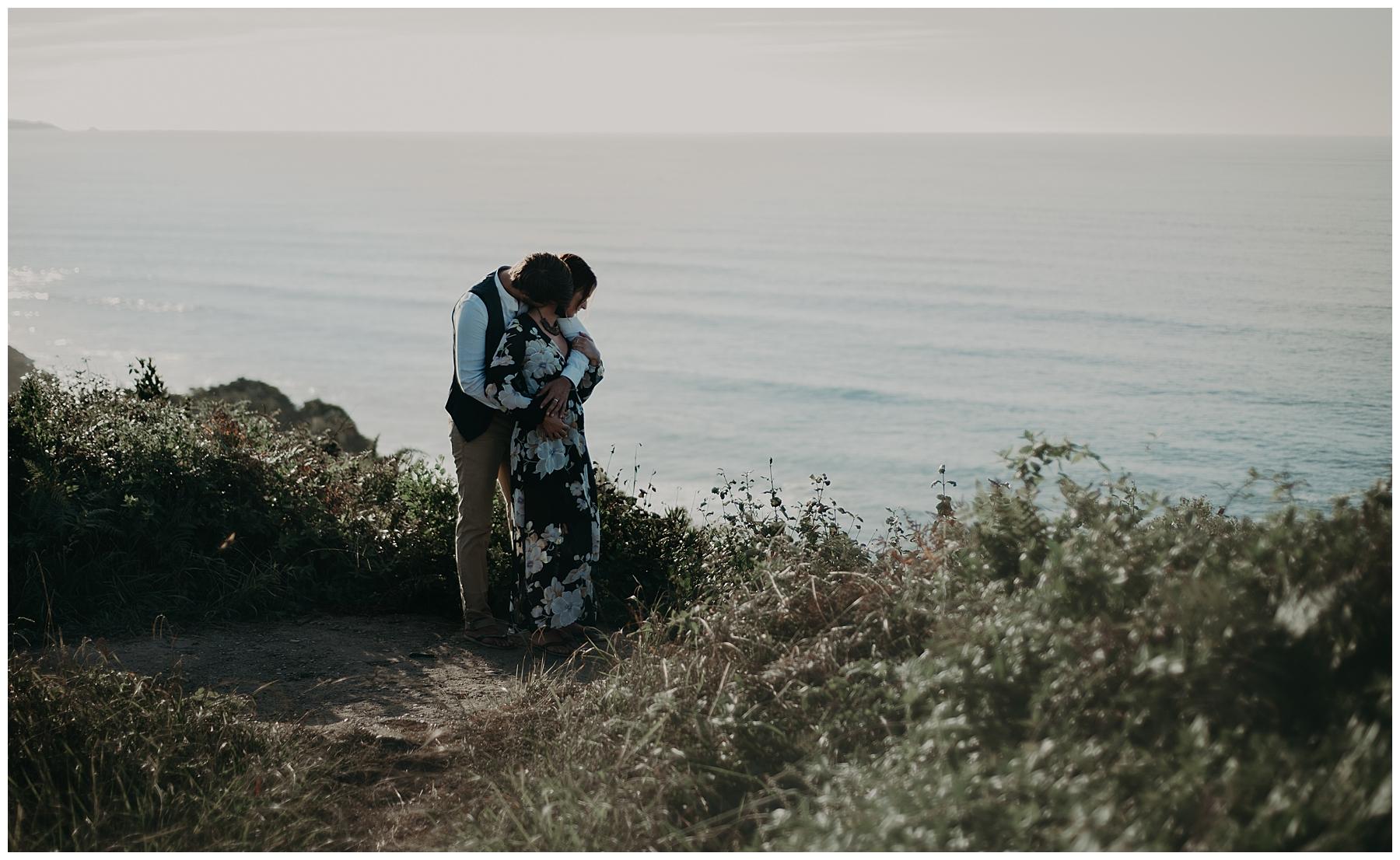 couple sur les falaise du pays basque, photographe mariage bordeaux