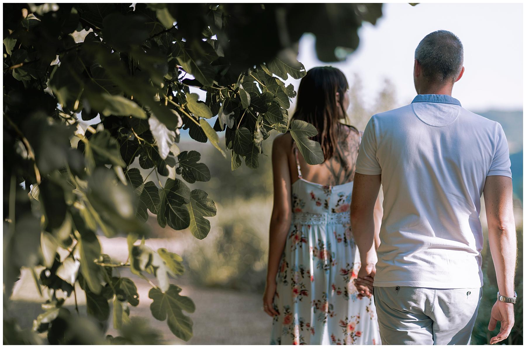couple qui se promene ddans les jardin de Limeuil, photographe dordogne