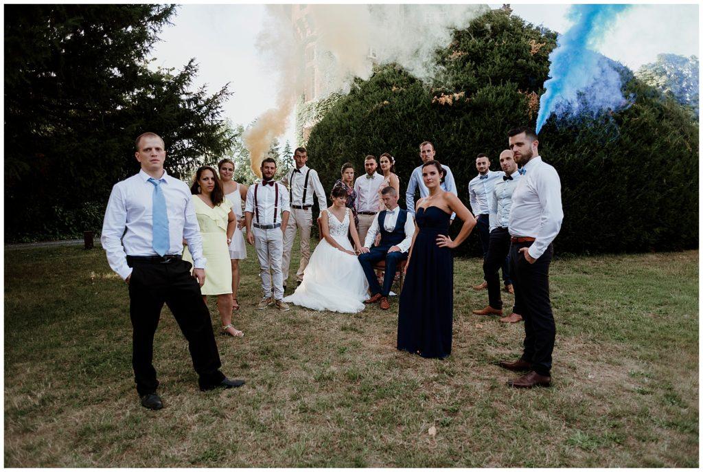 photo de groupe, mariage dordogne avec fumigènes